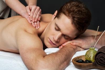 Bei der Rückenmassage wird mit sanftem Druck vom Nacken bis zum Steiß gearbeitet